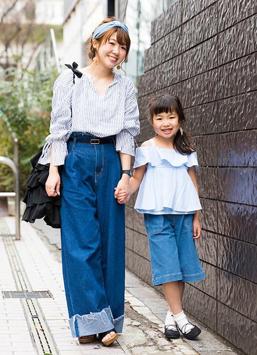 全身をブルー系で合わせた爽やかなグラデーションコーデ。目を引くフリルのバッグは、kidsのトップスとリンクさせるさりげなさがグッド!