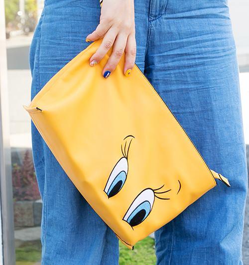 クラッチバッグは発色のよいイエローをチョイスしてコーデに抜け感を演出。