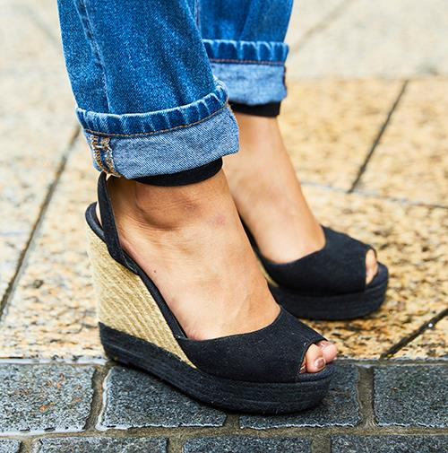 足もとはウエッジソールサンダルを合わせて、<br /> こなれ感のあるワンランク上の着こなしに昇華♪&#8221; /></p> <p class=
