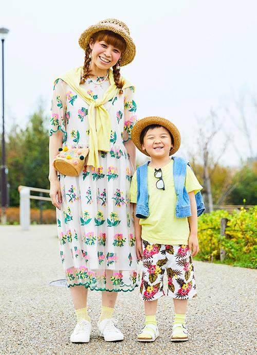 ボタニカル柄を主役にしたリゾートムードあふれるスタイル。ビタミンカラーを効果的に挿して親子のリンク感を高めて。