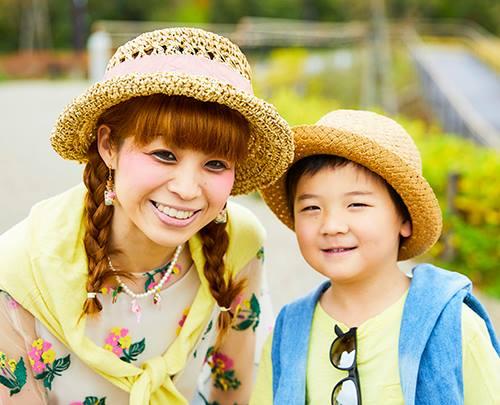 親子でハットをかぶってテンションを統一。<br /> 肩にかけたカーディガンの色でそれぞれの個性を主張。&#8221; /></p> <p class=