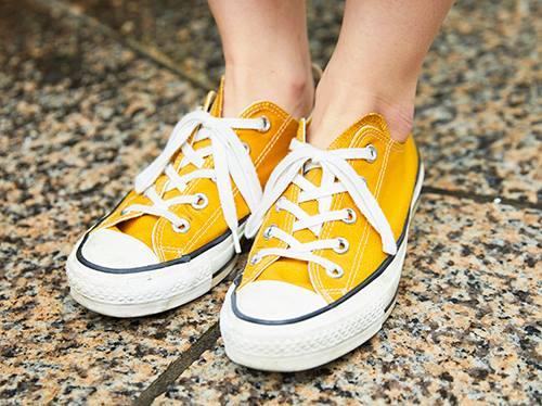 足もとはイエローのオールスターを合わせて、<br /> シンプルなコーデにアクセントをプラス♡&#8221; /></p> <p class=