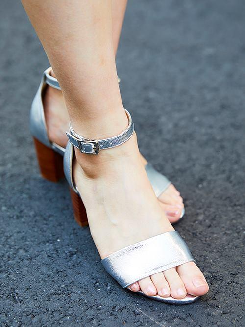 足もとはシルバーのサンダルを合わせて上品なムードに♪<br /> ヒールの高さがシルエットをよりきれいに見せてくれる。&#8221; /></p> <p class=