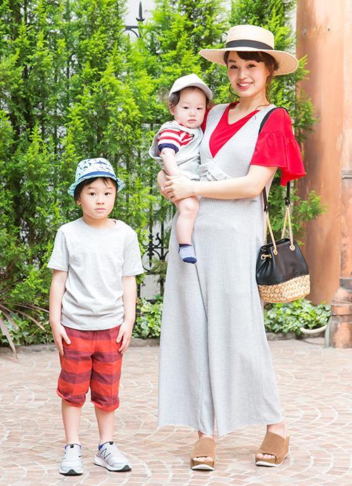 鮮やかな赤いカットソーに、グレーのロンパースを合わせたレトロシックな装い。kidsもTシャツとパンツでカラーシンクロさせて。