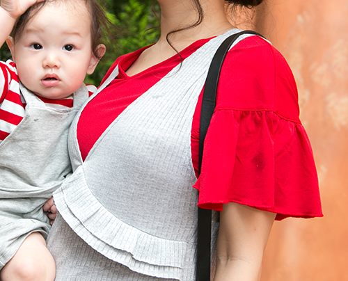 袖にボリュームたっぷりのフリルが施されたトップスを合わせて、<br /> 華やかなアクセントをプラス!/></p> <p class=
