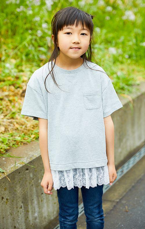 ポケT×デニムパンツのカジュアルな装いも<br /> 裾の花柄レースがガーリーな要素をプラス♡&#8221; /></p> <p class=
