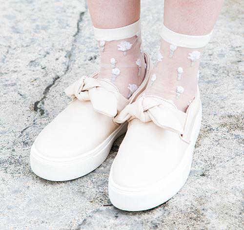 足もとは白いソックスとシューズで清楚にまとめて。
