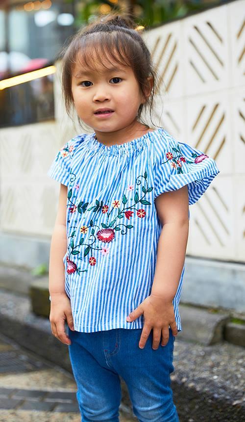 kidsもストライプ柄のトップスを合わせて親子のテンションを統一。<br /> 花柄の刺繍でガーリーな要素を注入♡&#8221; /></p> <p class=