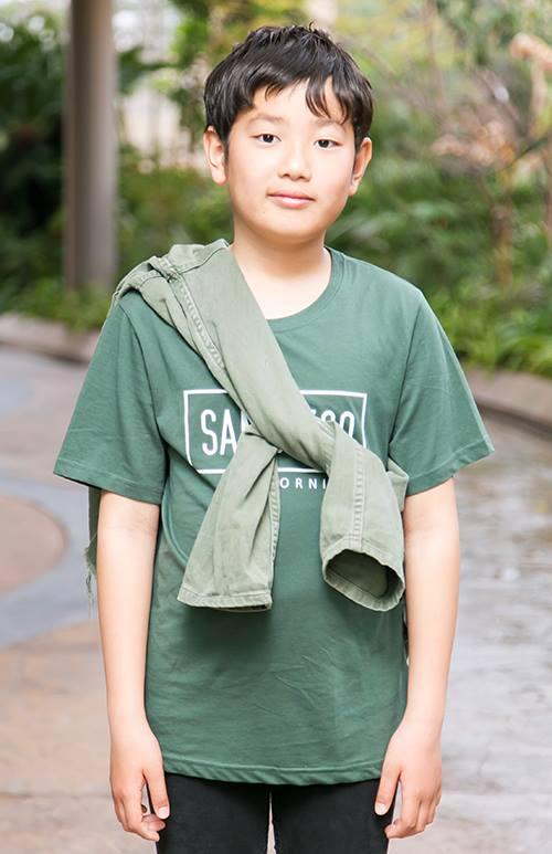 kidsもグリーンのTシャツに同系色のシャツをたすき掛けして、コーデにアクセントをプラス!