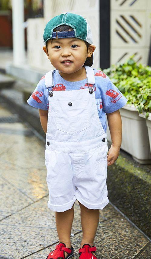 kidsはキャップやオーバーオールを選んでやんちゃなムードに☆<br /> 車柄のTシャツがポップなニュアンスをプラス!&#8221; /></p> <p class=