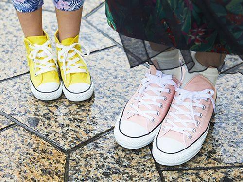 足もとは親子でコンバースをチョイス☆<br /> カラーでそれぞれの個性をアピールして!/></p> <p class=