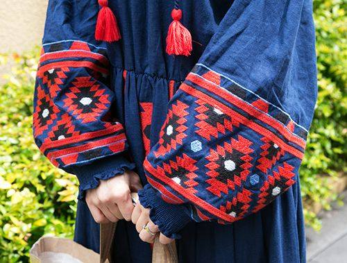 オリエンタル柄が施されたボリューム袖で、個性的な雰囲気を演出!/></p> <p class=