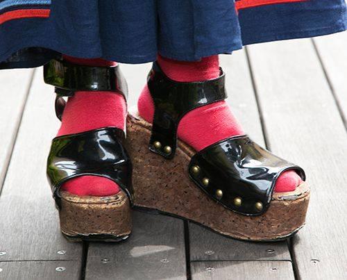 足もとは赤ソックス×厚底サンダルを合わせてモードなムードに。
