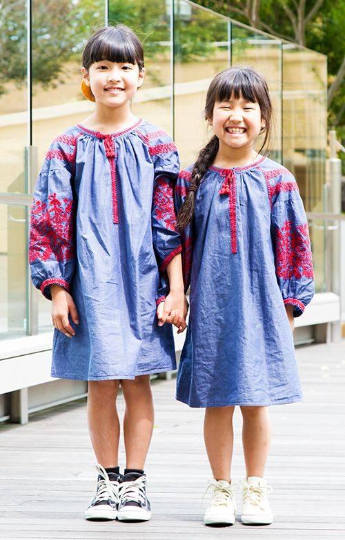 姉妹も刺繍のワンピースをシェア♡<br /> 足もとのコンバースの色でそれぞれの個性をアピール!&#8221; /></p> <p class=