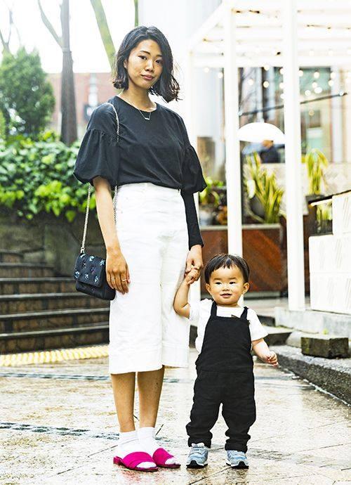 ボリューム袖のトップスにタイトスカートを合わせたグッドバランスなモノトーンスタイル。ビビッドカラーのサンダルが存在感を発揮。