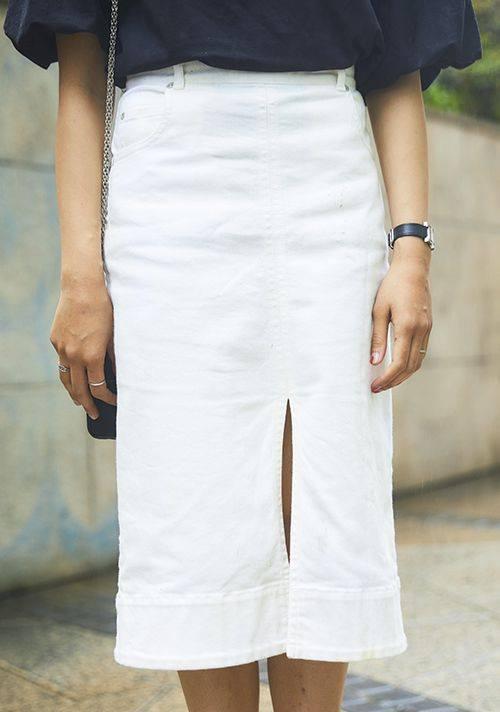 大きなスリットが入った白いタイトスカートを選んで、<br /> コーデにエレガンスな雰囲気をプラス♪/></p> <p class=