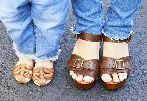 足もとは親子でブラウンのサンダルを合わせてテンションを仲良く統一♡