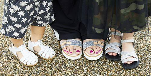 足もとは親子でサンダルをチョイス♪<br /> mamaやgirlはシルバーを選んでゴージャスな雰囲気に♡&#8221; /></p> <p class=