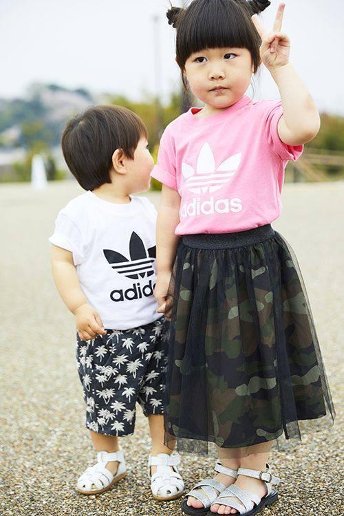 kidsはアディダスのTシャツをシェア。<br /> girlはレーススカートでガーリーに。boyはボタニカル柄のショーツで爽やかに!&#8221; /></p> <p class=