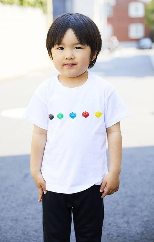kidsも白いTシャツに黒のパンツを合わせたモノトーンコーデ。<br /> カラフルなTシャツのプリントがポップなアクセントに♪&#8221; /></p> <p class=