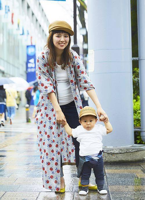 Tシャツ×デニムのシンプルスタイルも、花柄のロングシャツを羽織ればたちまちトレンド感がアップ。親子で麦わら帽を合わせたリンク感もグッド。。