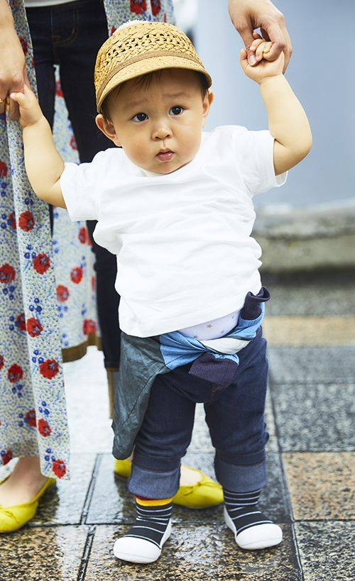 kidsは白Tシャツにデニムパンツを合わせたシンプルスタイル☆<br /> 腰にまいたシャツがコーデのアクセント♪&#8221; /></p> <p class=