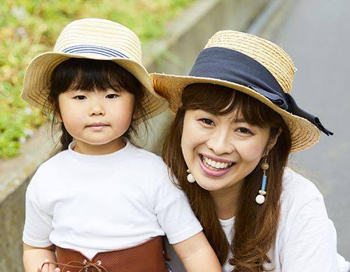親子でストローハットをシェアして、リゾートムードを仲良く共有!