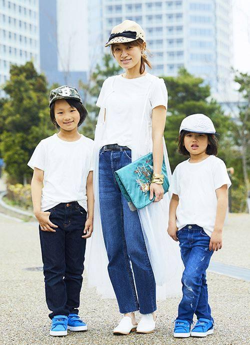 親子で無印良品の白Tシャツを仲良くシェアしたシンプルスタイル。旬のチュールジレでさりげなくトレンド感をプラス。