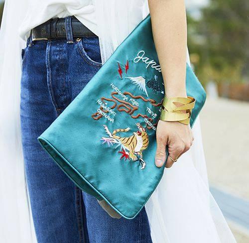 手もとには刺繍付きのクラッチバッグをチョイスしてトレンド感を演出!
