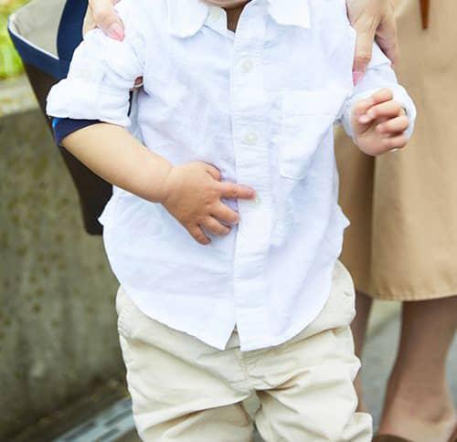kidsは白シャツにベージュのパンツを合わせたシンプルコーデでシックな印象に☆
