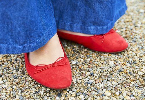 足もとは鮮やかな赤いパンプスをチョイス。<br /> さりげないリボンのあしらいがチャームなアクセントに♡&#8221; /></p> <p class=