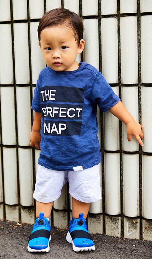 boyはブルーを基調とした爽やかなコーデ。<br /> ナイキのスニーカーをmamaと仲良くシェア!&#8221; /></p> <p class=