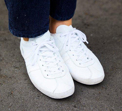 足もとは白いスニーカーを選んで、動きやすさもしっかりキープ♪