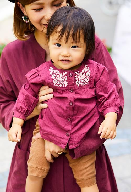 mamaに合わせてボルドーのトップスをチョイス♪<br /> ボタニカルの刺繍で上品さをランクアップして!&#8221; /></p> <p class=