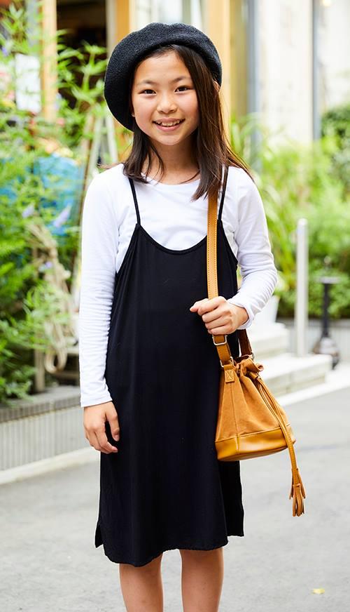 girlはベレー帽やワンピースなどガーリーなアイテムを選びつつ、<br /> モノトーンでまとめてシックなムードにシフト!&#8221; /></p> <p class=