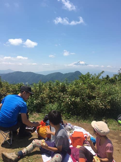 明神ヶ岳へ家族登山へ。山頂からは富士山がきれいに見えました。みんなで富士山を眺めながらお昼ごはん。家族でのアウトドア、楽しい時間です♪
