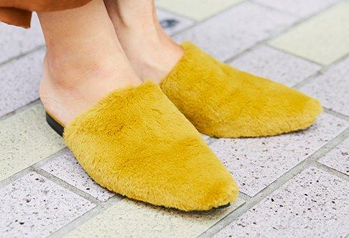 足もとはマスタードカラーのミュールを合わせて、<br /> 秋のムードをさり気なく上昇させて♪/></p> <p class=