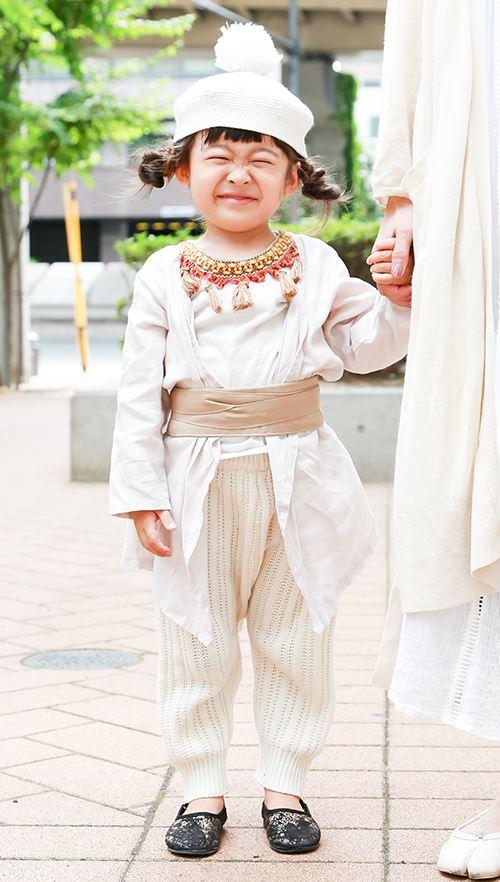 kidsは白をベースにしたアラブ風スタイル♡<br /> サッシュベルトでシルエットにメリハリをつけて!&#8221; /></p> <p class=