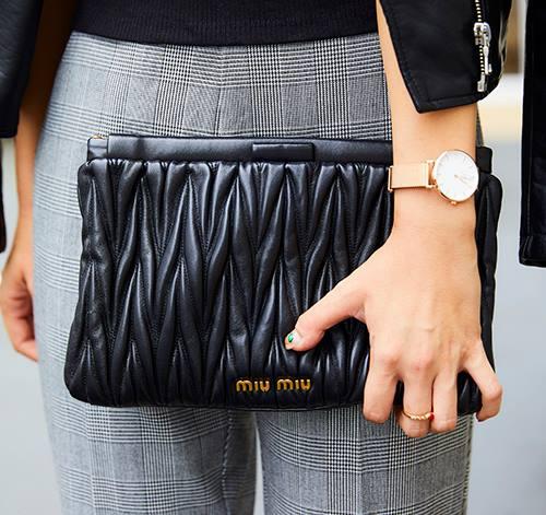 ブランドバッグを合わせるだけで、コーデの品が格段にランクアップ!/></p> <p class=