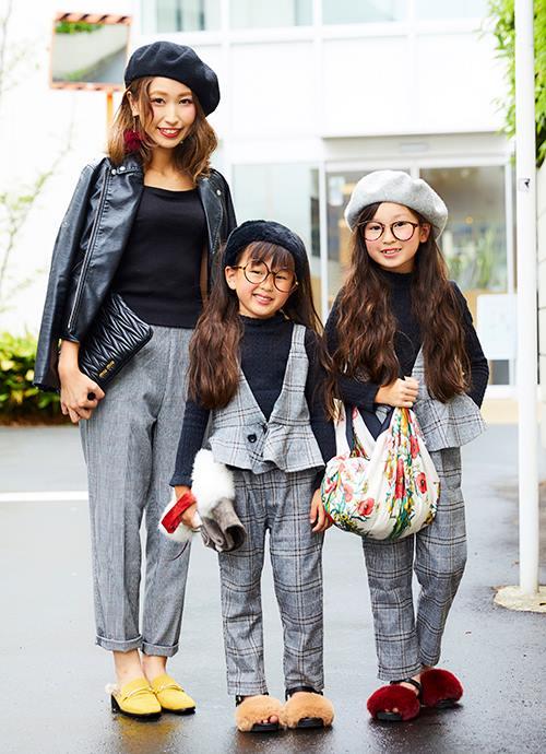 姉妹でベレー帽やメガネなどの小物をリンク。<br /> 色でそれぞれの個性をアピールして!&#8221; /></p> <p class=