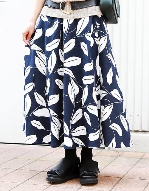大人の女性を印象づけるリーフ柄のマキシスカートをチョイスして、<br /> コーデを華やかなムードに格上げ♪/></p> <p class=
