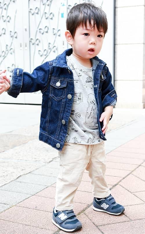 kidsはGジャンにベージュのパンツを合わせたストリートカジュアル。<br /> イラストTシャツを合わせてポップなニュアンスを加味◎&#8221; /></p> <p class=