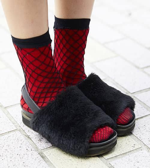 赤いソックスにファーサンダルを合わせて、<br /> 足もとから個性を演出!&#8221; /></p> <p class=
