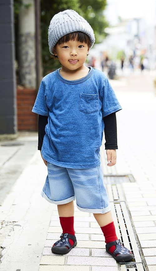 kidsはブルーをキーカラーにした爽やかなスタイリング。<br /> 赤いソックスがコーデにアクセントを注入☆&#8221; /></p> <p class=