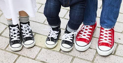 足もとは親子3人でオールスターを着用。<br /> mamaは赤、kidsは黒で変化を加えてグッドバランスに!&#8221; /></p> <p class=