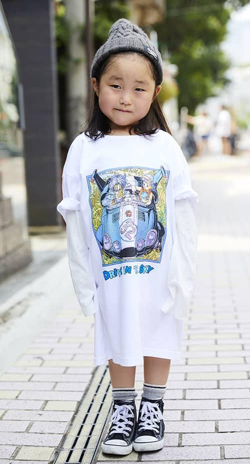 kidsはビッグTシャツを主役にしたポップなスタイル。<br /> インナーにロンTを合わせてコーデに奥行き感を♡&#8221; /></p> <p class=