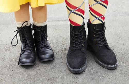 足もとは親子でレースアップブーツをチョイス!<br /> レディシックなコーデにほんのり辛みを加えて。&#8221; /></p> <p class=