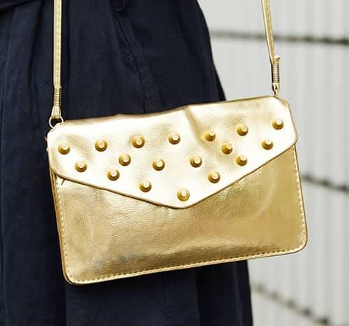 ダークトーンのスタイルにゴールドのバッグを投入して、ちょっぴりゴージャスな印象に!/></p> <p class=