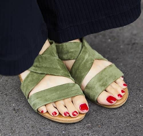 足もとは赤いネイルにカーキのサンダルをチョイス♪<br /> さり気ない色の足し算がグッド!&#8221; /></p> <p class=
