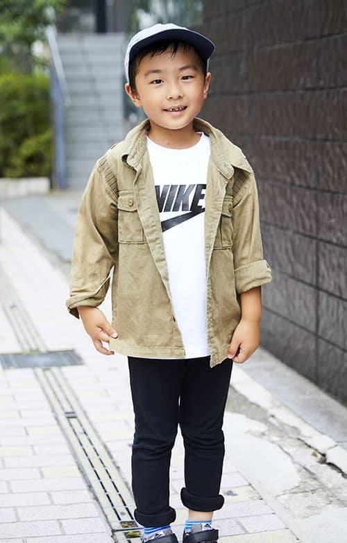 boyはベージュのミリタリージャケットに<br /> スポーティなロゴTシャツを合わせて、軽快なムードに。&#8221; /></p> <p class=